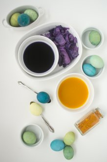 Easy All-natural Dye Easter Eggs: Turmeric & Cabbage for Green